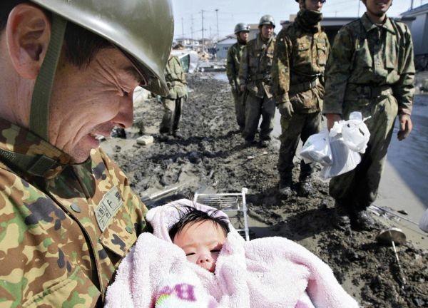 rescatan a bebe del tsumani
