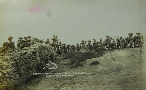 Tropa constitucionalista que tomaron la loma atravesada, s.f. Impresión de época. Plata sobre gelatina. Colección Elmer Powell