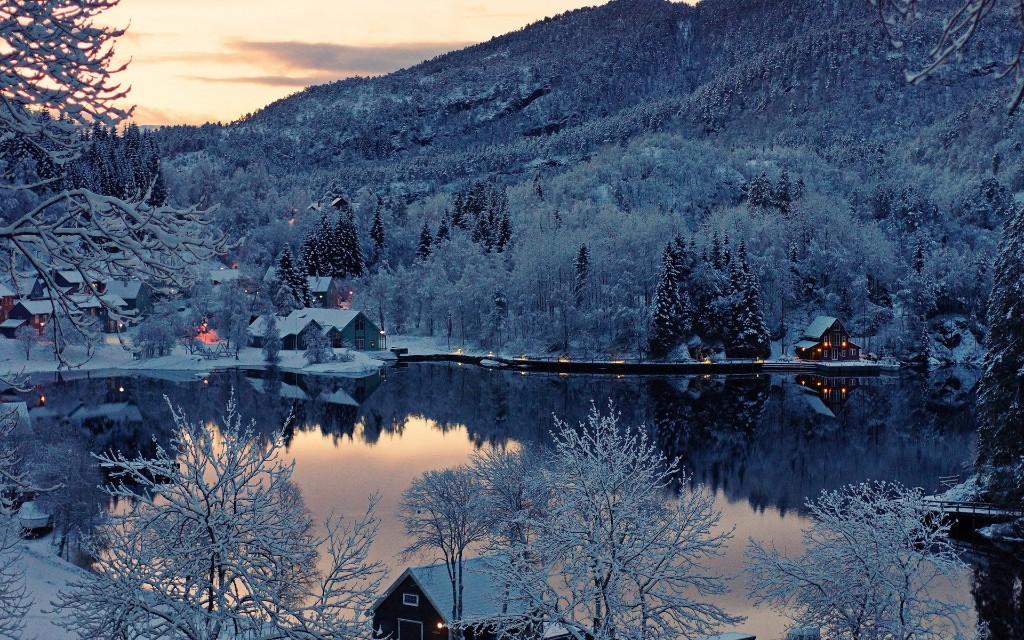 nieve-bosque-casas-y-lago-wallpapers_41927_1920x1200