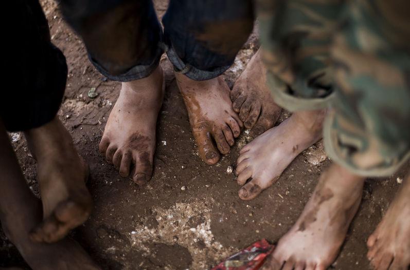 ninos descalzos