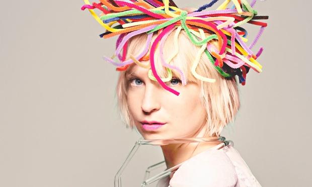 Sia se convierte en directora de un documental autobiogrfico msica una voz que ha dado vida a xitos como chandelier y elastic heart y que pertenece a la cantante y compositora australiana sia furler mejor conocida como aloadofball Choice Image