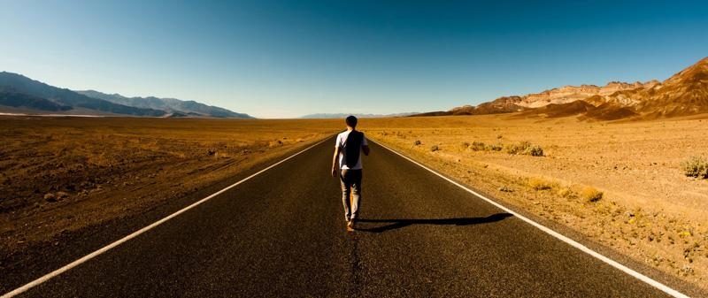 caminante-en-carretera-