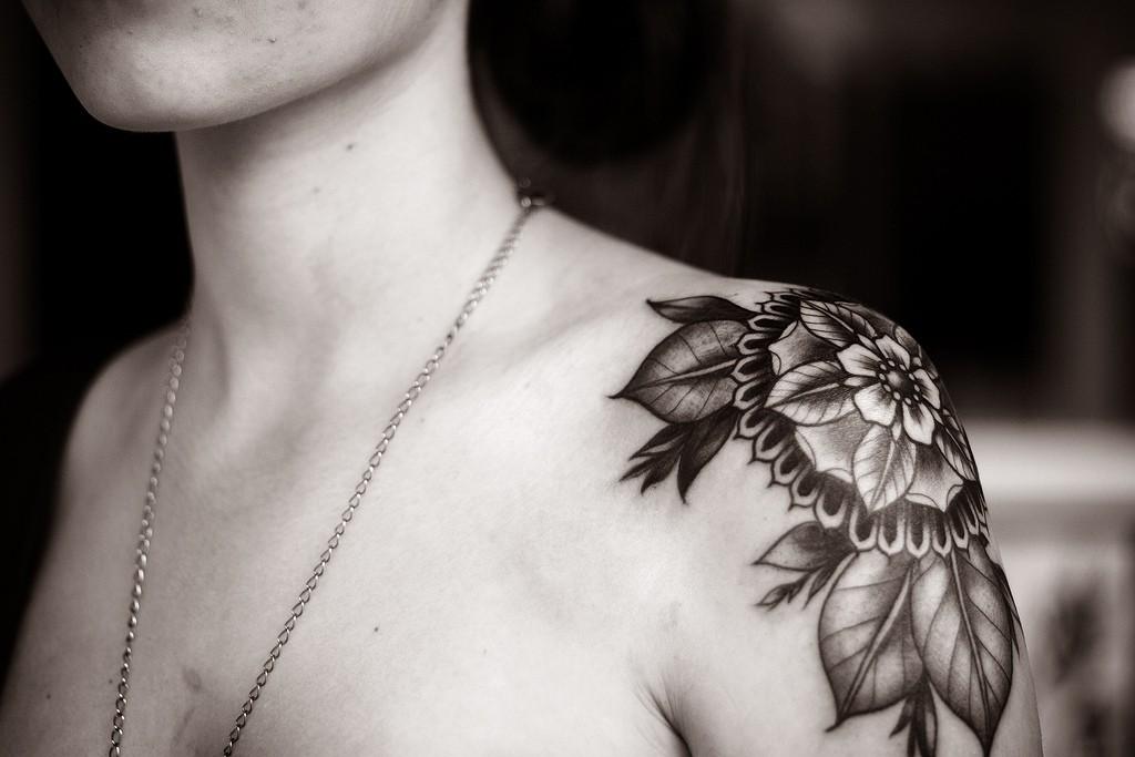 alice carrier flor hombro