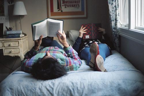 leer un libro en pareja