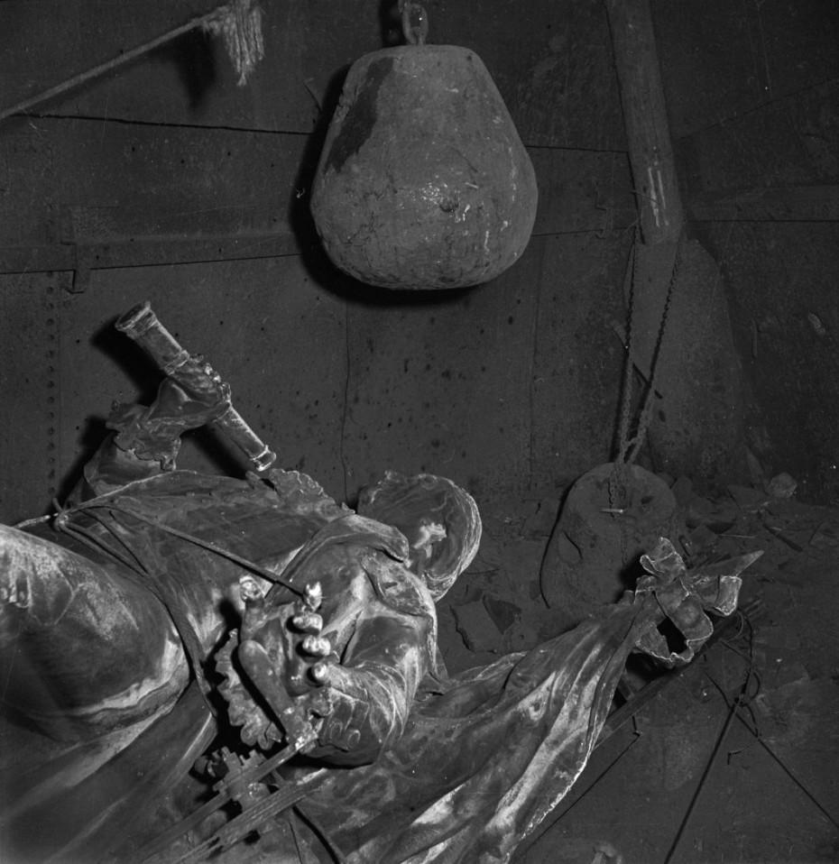 Estatua derribada del inventor francés Claude Chappe