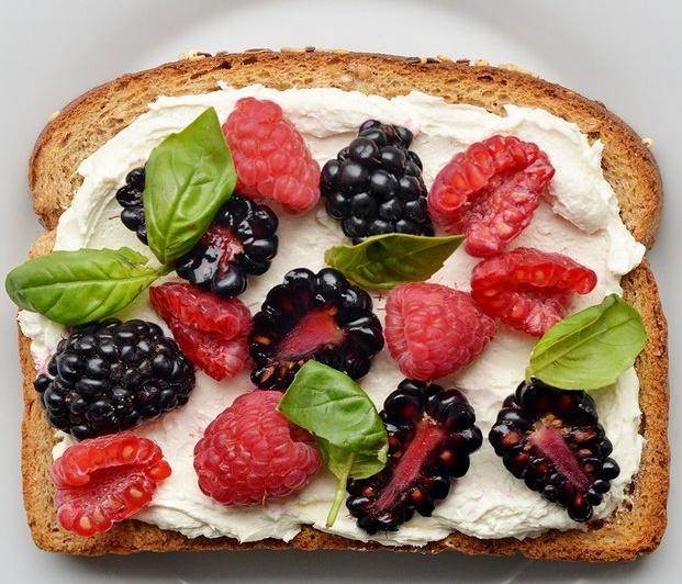 fruit toast pareja en la cama