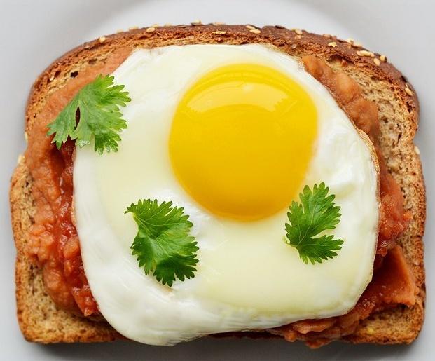 huevo en pan pareja en la cama