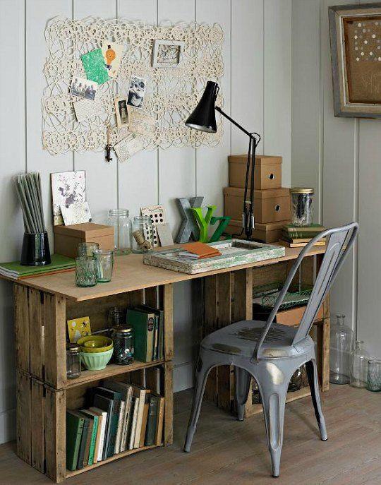 en cualquier mercado puedes conseguir huacales que lavados y barnizados puedes convertir en un mueble completo para acomodar tu mesa de escritorio