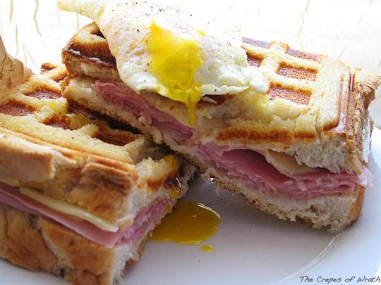 waffle sandwich pareja en la cama