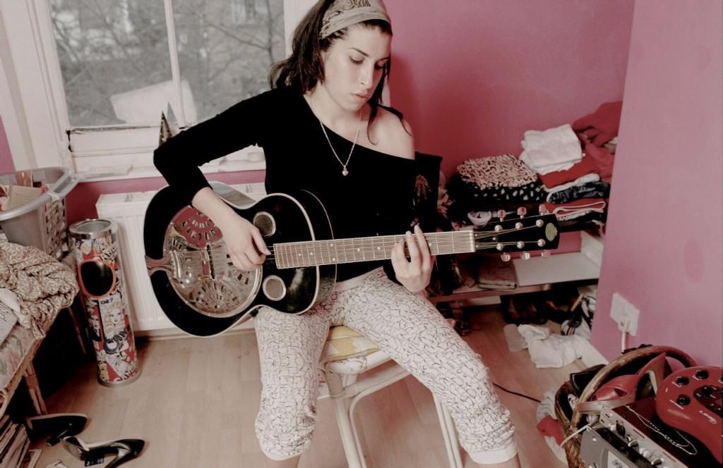 amy tocando la guitarra
