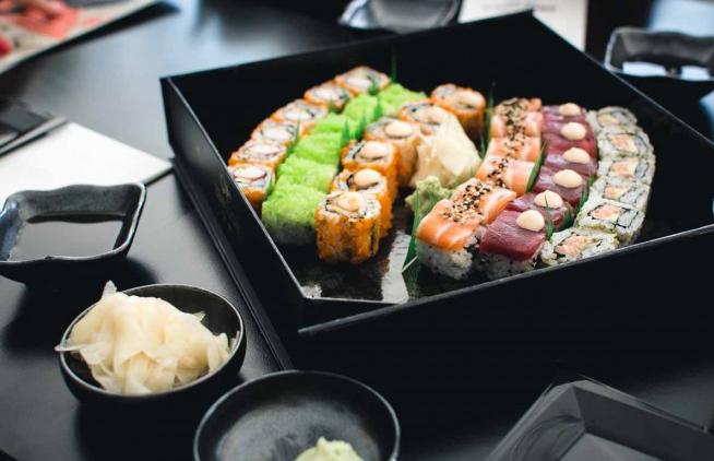 comer sushi-condimentos