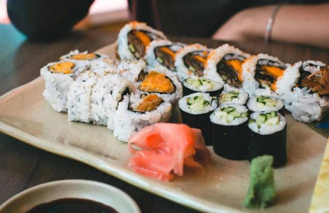 comer sushi-palillos