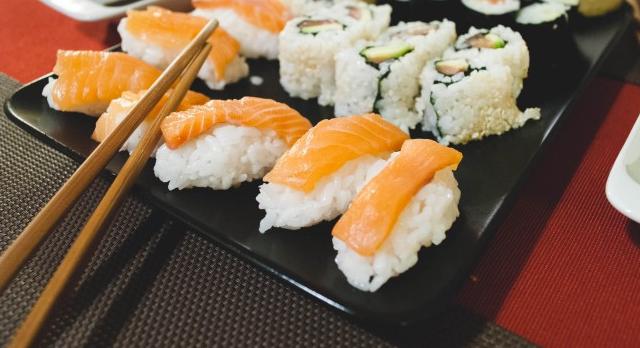 comer sushi-platillo