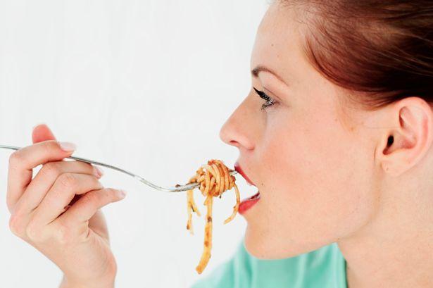 como comer pasta comiendo