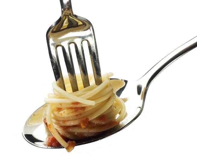 como comer pasta cucharas