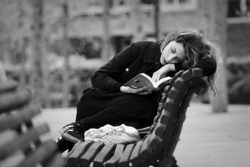 mujer leyendo libros tristes