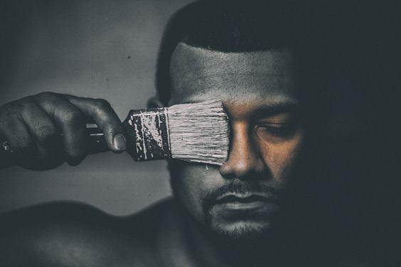 hombre brocha arte