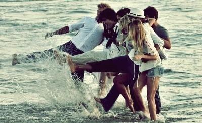 viajar con amigos-multitud