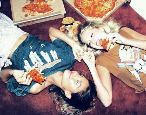 viajar con amigos-pizza