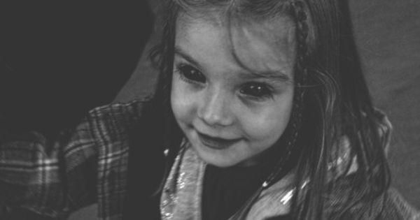 aterrador ojos negros