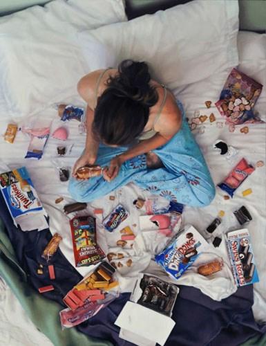 cama comida mujeres solas lee price