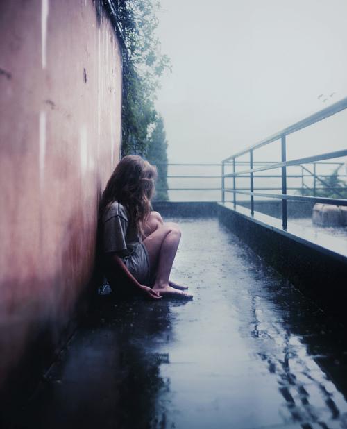 chica sentada triste