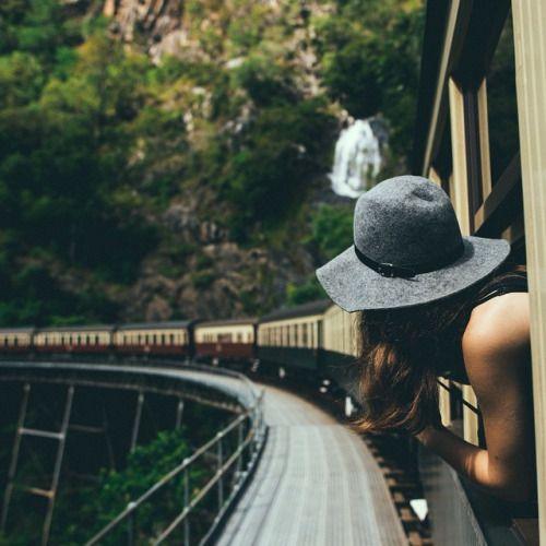chica tren recomendaciones de viaje