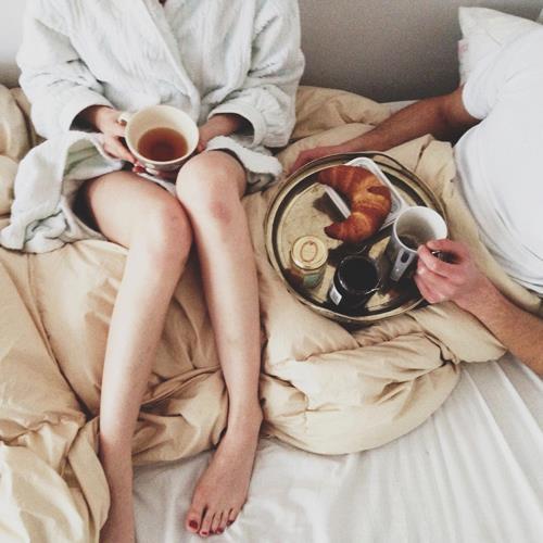 desayuno con tu pareja croissant