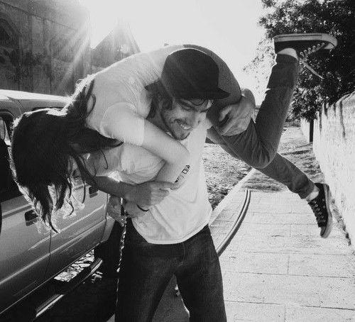 encontrar el amor pareja cargando