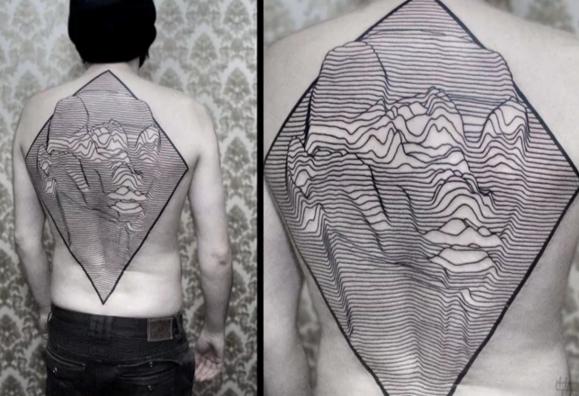 Tatuaje tipo Joy Division en espalda |fan de joy division