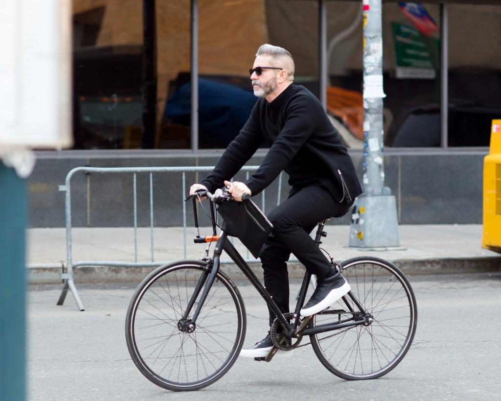 hombres con estilo NY bici