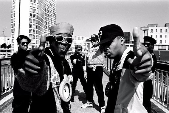 La música hip hop fue influida tanto por la música disco como por la  reacción que se produjo contra ella. De acuerdo a Kurtis Blow, los primeros  días del ...