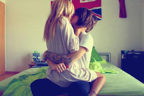 pareja hipster beso