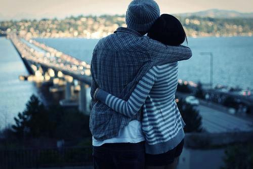 persona madura abrazo