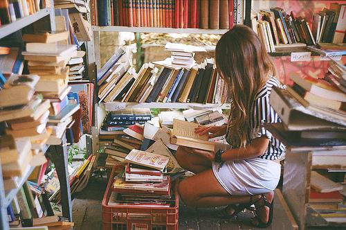 chica en librería
