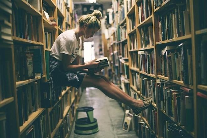 chica en librería2