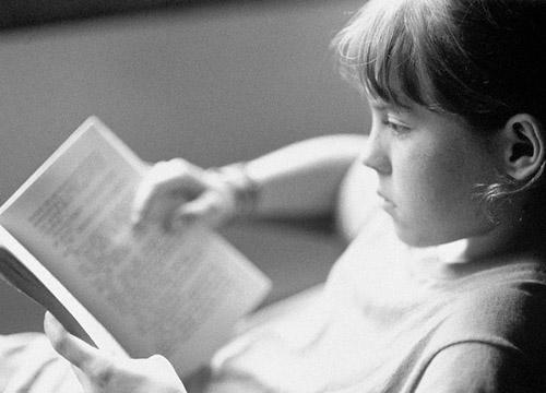 chica triste leyendo 2