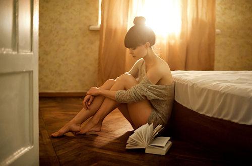 chica triste leyendo 3