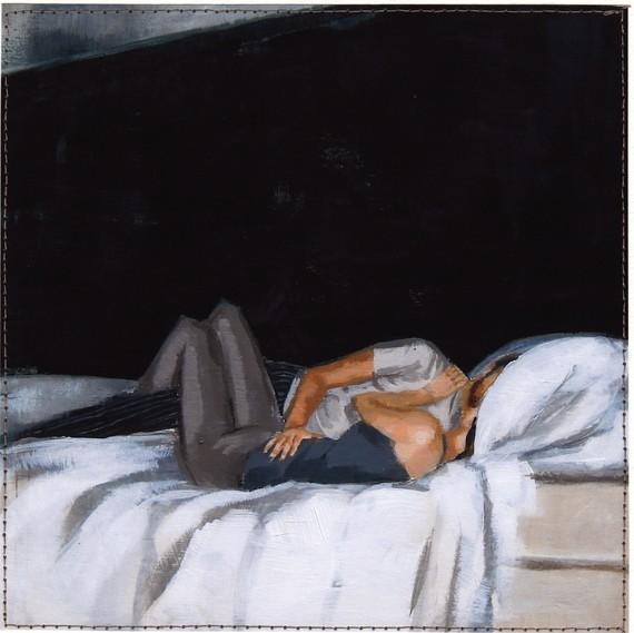 Pareja sobre la cama  / mujer tímida
