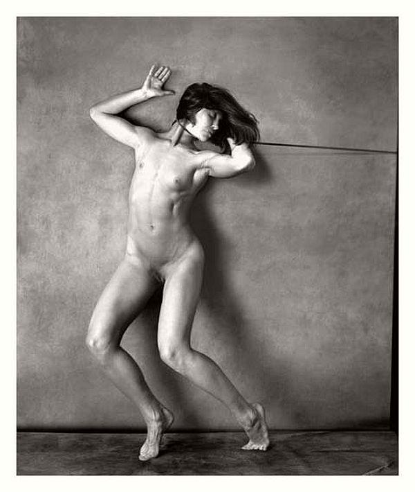 sujeta  / cuerpo desnudo