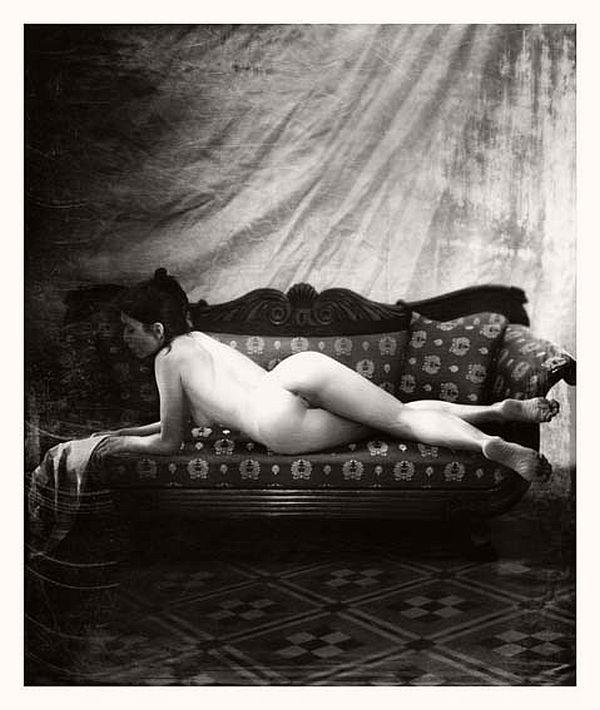 Recostada en sofa  / cuerpo desnudo