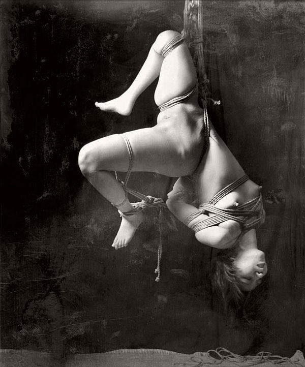 suspendida / cuerpo desnudo
