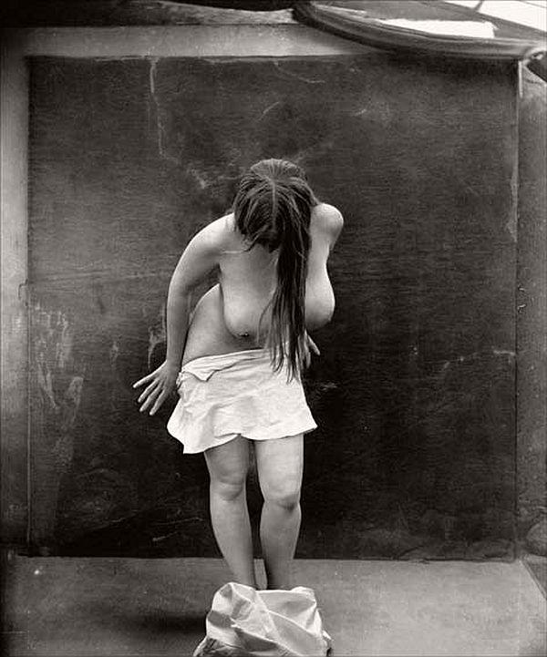 quitándose la ropa / cuerpo desnudo