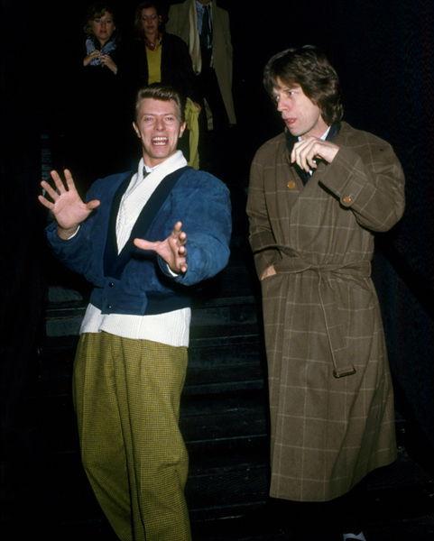 David Bowie y Mick Jagger saliendo de noche