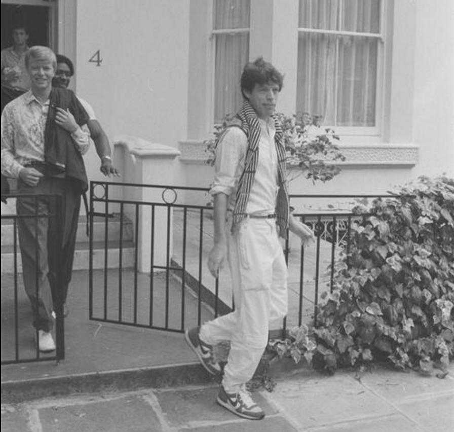David Bowie y Mick Jagger saliendo de la mansion de chelsea