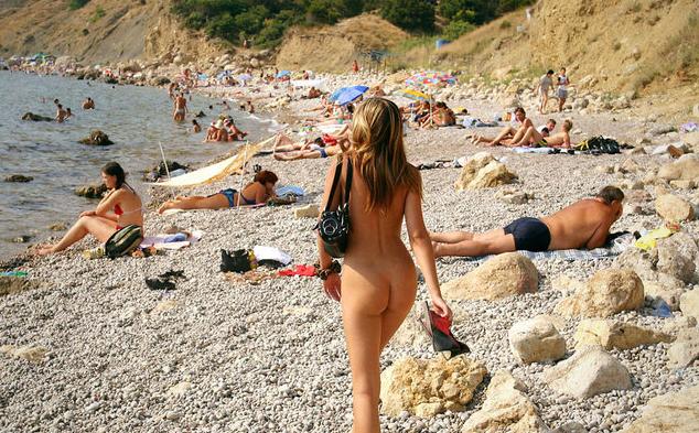 image Este verano hace que las mujeres nudistas sexys vengan a la playa