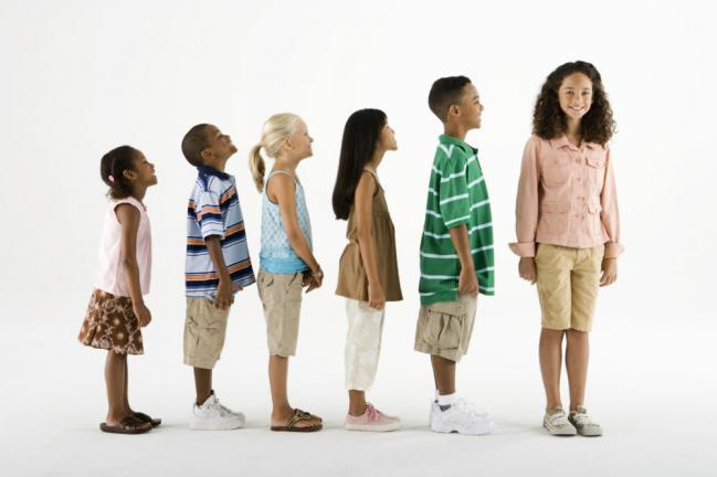 Niños de diversas alturas.