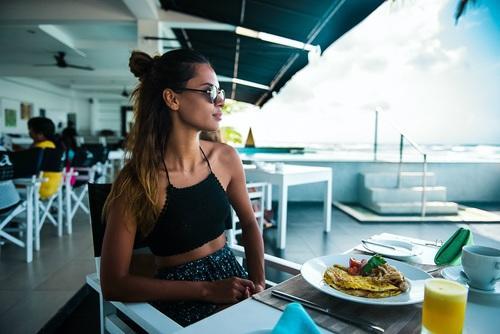 mujer alfa desayuno