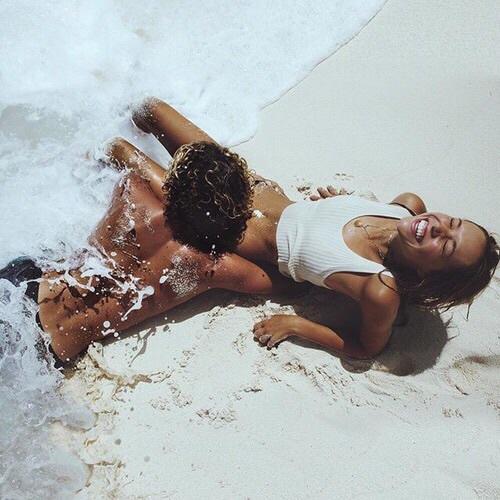 mujer alfa playa