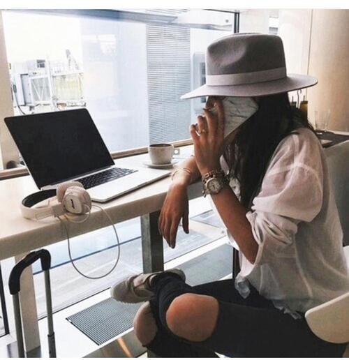 mujer alfa trabajando